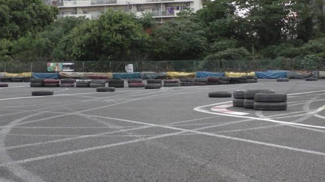コース場にわざと置かれたタイヤ