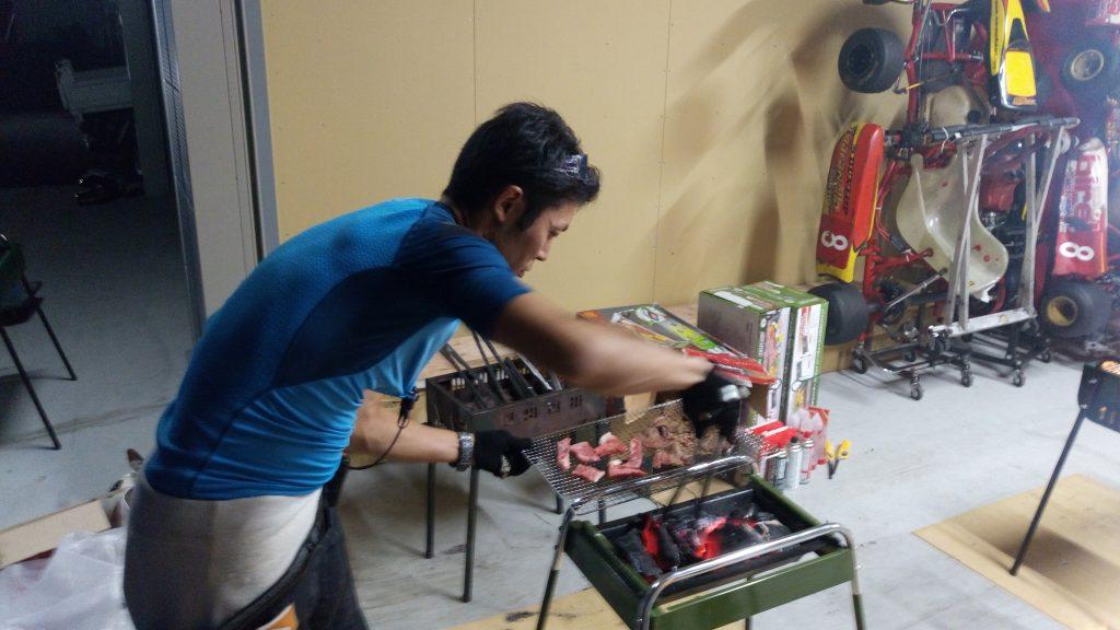 BBQで肉を焼くワンスマカート主催の澤圭太