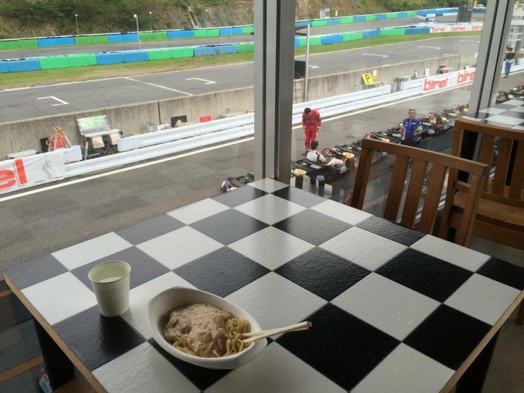 幸田サーキットは観戦しながら2階のレストランでご飯が食べれる