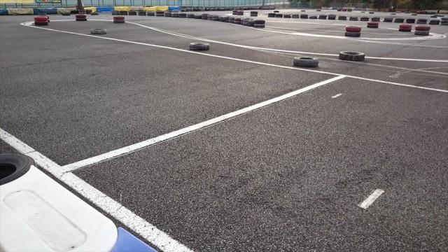 シティーカートの白線でロックさせないブレーキングの練習中の谷古宇