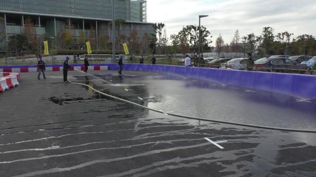 レッドブルカートファイト2016のファイナル直前にコース場に水を撒くスタッフ