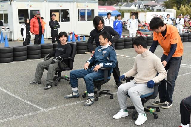 湘南シーサイドGP大磯の予選で使用するイスにのるドライバー達