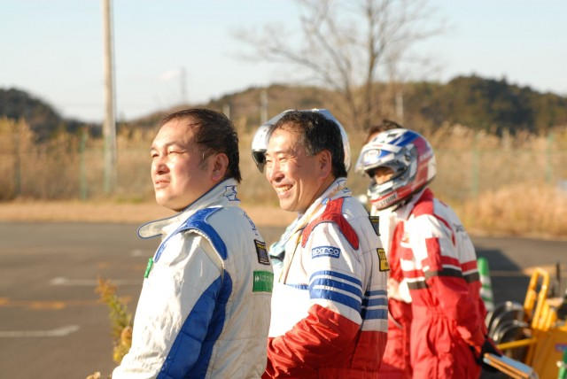 レースの展開を見守るチームメイト